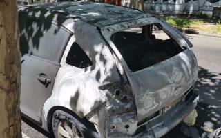 Al menos 5 delincuentes fueron filmados incendiando el vehículo.