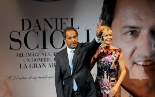 Scioli estará acompañado por su esposa, Karina Rabolini.