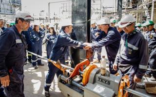 Kicillof visitó la planta de la refinería de AXION energy en Campana.