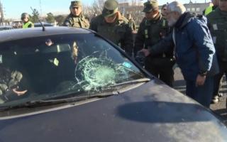 """Galeano, de civil, dándole órdenes a Gendarmería tras la actuación del """"Gendarme Carancho""""."""
