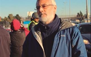 Roberto Galeano, de civil en protesta de Lear. La izquierda lo denunció como infiltrado.