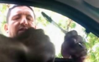 Captura de video donde se muestra a inspector recibir coima de un conductor en Pergamino, en el año 2017.