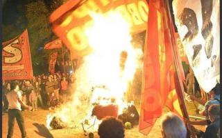 La quema del muñeco de Hebe de Bonafini durante una marcha de sectores de izquierda en La Plata.