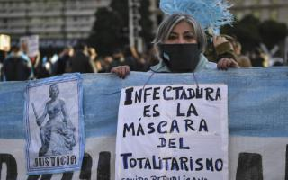 Llaman a desobedecer el confinamiento en el peor momento de la pandemia.