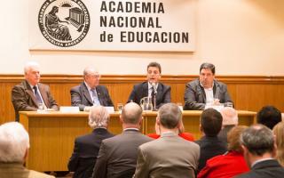 Massa disertó en la Academia Nacional de Educación.