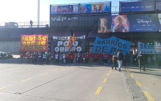 Manifestantes mantienen cortado Puente Saavedra.