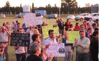 Con carteles y pancartas, los vecinos protestaron en la ruta. Foto: diariodepuan.com.ar