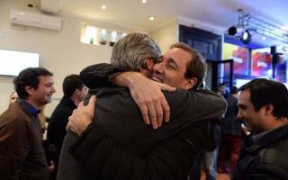 Tras la elección ganada, Mor Roig y Garro se fundieron en un abrazo. Foto: El Día