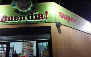 "Clausuran supermercado chino por vender comida ""podrida"". Foto: Prensa"