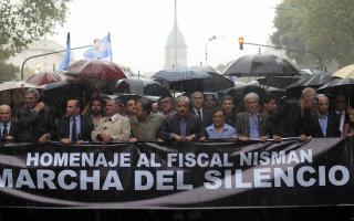 Fiscales encabezan la marcha bajo la lluvia.