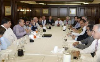 Scioli junto a su equipo de trabajo y los intendentes de la Quinta Sección. Foto: BA Noticias.
