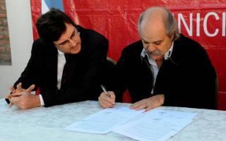 El Ministro de Seguridad y el Intendente Lucas Ghi firmaron el convenio para implementar el Comando de Patrullas Comunitario. Foto: banoticias.