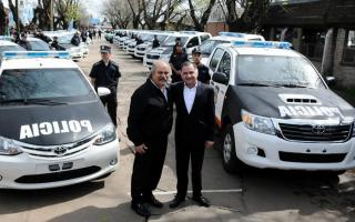 Granados entregó móviles policiales 0 kilómetro en Florencio Varela e Ituzaingó. Foto: BA Noticias.