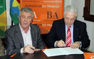 Cuartango y Pacini durante la firma de los convenios.