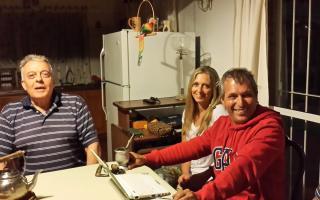 Daniel Jouffré junto a su esposa y el Dr. Del Campo en Valeria del Mar.