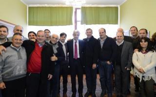 Domínguez junto a una docena de intendentes que apoyan su candidatura.