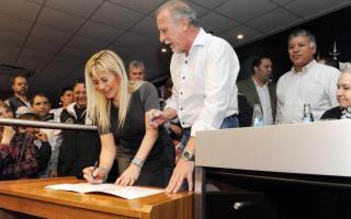 Nora De Lucia firmó los convenios junto al ministro de Salud bonaerense, Alejandro Collia, y dirigentes sindicales.