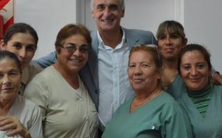 Cristian Popovich junto a empleados municipales.