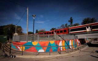 Pintan un mural en el nuevo túnel de Villa Adelina.