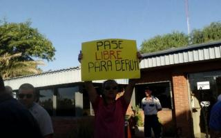 Vecinos de Beruti esperan por una respuesta al pedido de pase libre en el peaje. Foto: Peaje