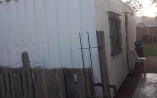 Un concejal denunció que una familia vive en un container en el pueblo de América. Foto: Facebook