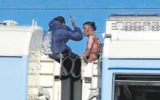 Murió el joven de 18 años que viajaba en el techo del tren Roca. Foto: Captura de pantalla