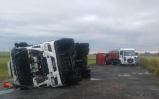 En Azul fuertes vientos tumbaron cinco camiones estacionados en la ruta 3.Foto: El Tiempo