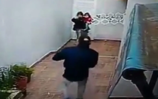 Detuvieron a la pareja que ingresó a robar a una casa con un bebé en brazo. Foto: Captura de pantalla