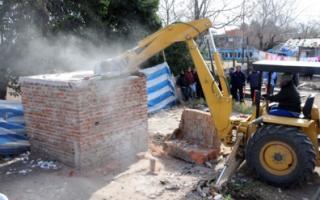 Comenzaron este martes a demoler bunkers de venta de drogas en Rosario.
