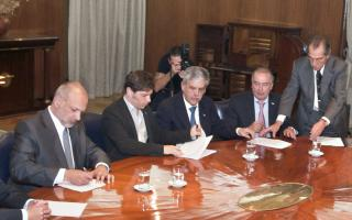 Buzzi encabezó la firma del acuerdo junto a Kicillof, De Vido, representantes de Petroleros Privados y PAE. Foto: Lu17.com