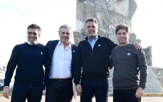 Facundo López, Alberto Fernández, Sergio Massa y Áxel Kicillof en el monumento a la Gesta de Malvinas de Necochea.