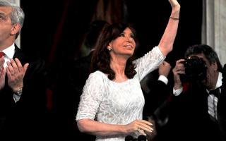 La Presidenta llegó de blanco, tras tres años de vestir luto en los mensajes ante el Congreso.