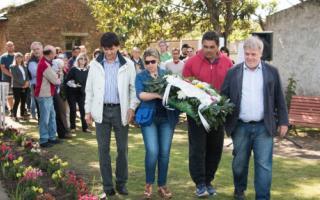 Arreglo floral que fue dejado en un monumento de Perón.