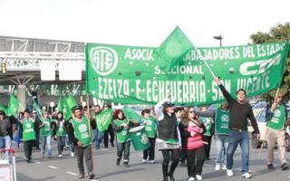 Trabajadores de Ate cortan la Autopista Riccheri.