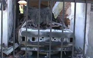 Así quedó el vehículo incendiado.