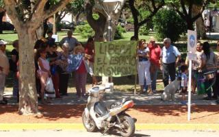 Vecinos marcharon en General Viamonte para pedir la renuncia del Intendente. Foto: Diario Democracia.