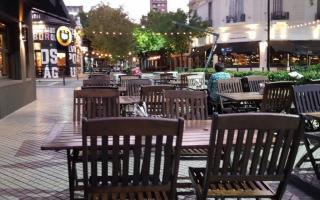 Autorizan al sector gastronómico con mesas en la calle