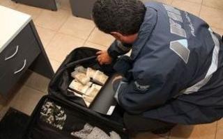 El hombre intentó pasar por aduana con euros falsos respaldado por un Diputado.