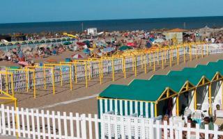 """""""Ahora verano"""": Programa de descuentos en la Costa Atlántica que incluyen alquiler de carpas y sombrillas"""