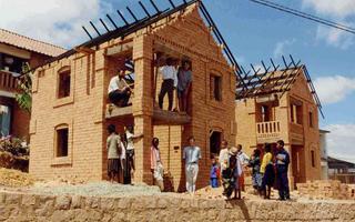 Enseñó el oficio de albañilería y levantaron miles de casas.