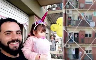 Lara festejó sus 4 años en el balcón con los vecinos.