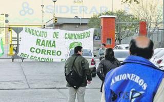 Camioneros bloquea plantas de Siderar en florencio Varela y Ensenada.