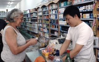"""Precios """"esenciales"""" en supermercados chinos. (Foto: Télam)"""
