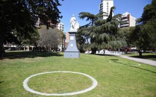 Pintan círculos en plazas y parques de La Plata ante la llegada de la primavera