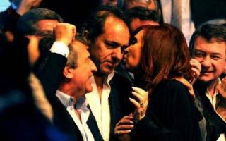 El afectuoso saludo de Cristina y Scioli sorprendió a todos.
