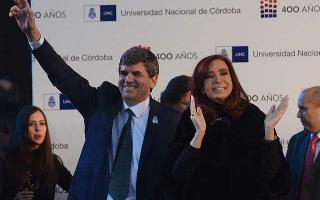 Cristina junto al rector de la casa de altos estudios.