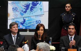 La Presidenta junto al Vicepresidente y el Jefe de Gabinete durante el acto por el 32° aniversario de la Guerra de Malvinas.