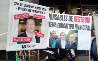 Carteles y pancartas durante la manifestación. Foto: Twitter @lateclamdq.
