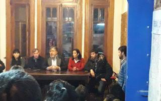 Navarro y el randazzismo platense, durante la conferencia de prensa. Foto: Twitter Chino Navarro
