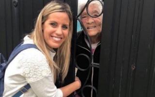 Villa junto a María Luisa, la abuela de 96 años.